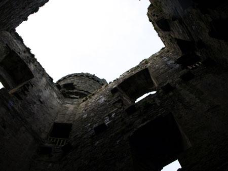 Mewn ystafell castell.